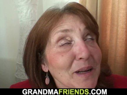 Грудастая офис бабушка входит два членов с обоих концов