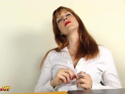 Секретарша в колготках мастурбирует в офисе ирина вега