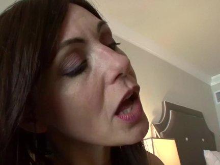 Сексимомма-мамаша лижет ее молодой падчерицы горячая киска