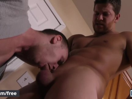 Мужчины-эштон маккей и брэндон эванс ласкают завтрак и член