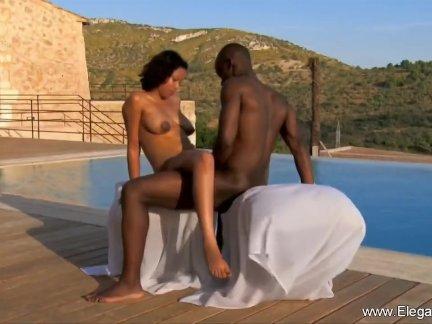 На природе черный пару делая любовь