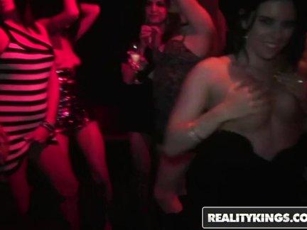 Реальность короли-группа возбуждённый участник девочки вам трах в клуб
