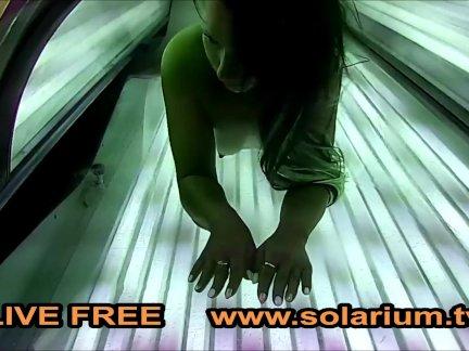 Подросток пальцы сама под загар кровать в реальный загара салон