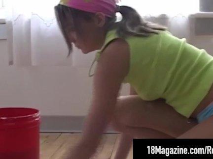 Очаровательны подросток энди розовый очищает пол обнаженной!