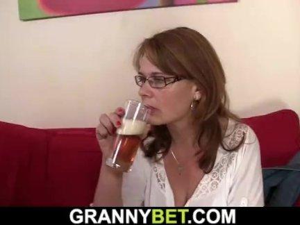 Пьяный зрелая сучка подобрана в пабе