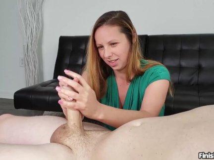 Сексуальная брюнетка мастурбирует