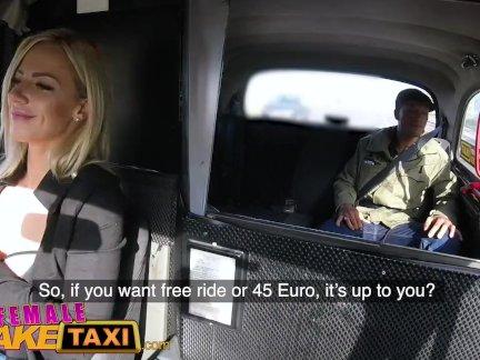 женский поддельные такси Большие сиськи сексуальная блондинка трахал ее первый большой черный член