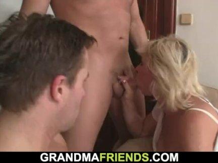 Возбужденный блондинка старая дама глотает два членов сразу