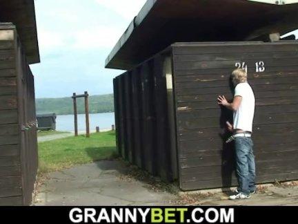 Грудастая лет старый блондинка бабушка входит член в раздевалке