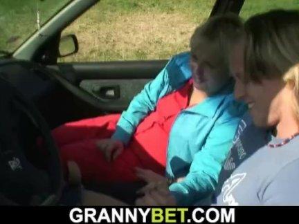 Автостопом блондинка бабушка наездница его молодой член