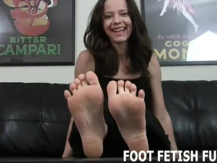 Палец сосёт и фемдом ноги фетиш порно
