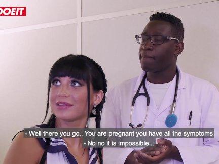 Летсдоеит-французский студенты девушка имеет немного с директор и доктор