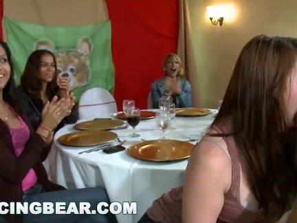 Танцы медведь-а куча из возбуждённый женщины сосёт мужчина стриптизерша члена в участник