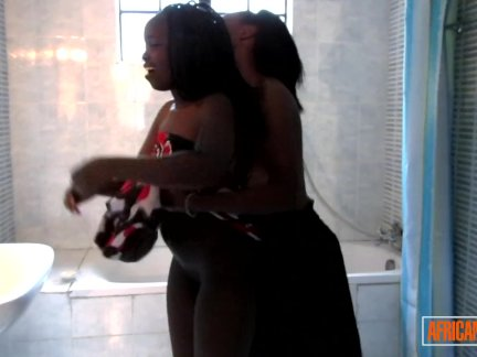 Любительские африканские лесбиянки имеют душ секс