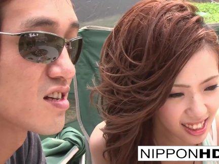 Японская подруга сосёт ее парень на улице