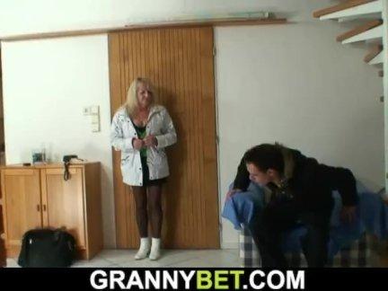 Старый блондинка бабушка наездница чужой молодой член
