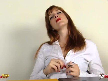 Возбужденный секретарь ирина вега в колготки мастурбирует с ее игрушка
