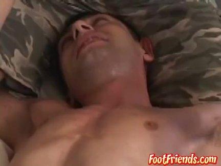 гей мужик связан для беспощадной щекотки мучения