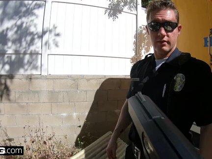 Винт полицейских - Кензи Мэдисон ловит грязный полицейский и занимается сексом с ним