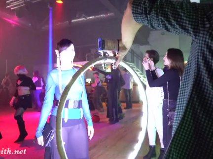 Jeny Smith nackt bei einer öffentlichen Veranstaltung in durchsichtiger Kleidung
