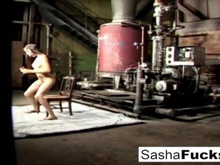 Сексуальная Саша живет своими фантазиями в котельной