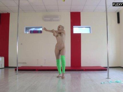 Teen sexy Turnerin absolut nackt vor der Kamera!