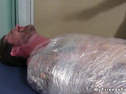 Джок Клинт завернутый, чтобы его ноги щекотали БДСМ стиль