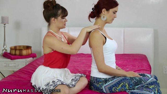 Dupa ce isi fac masaj cu ulei doua bunaciuni se excita pana la ejaculare