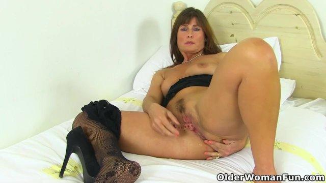 English milf Lelani dildos her fanny and rubs her arse