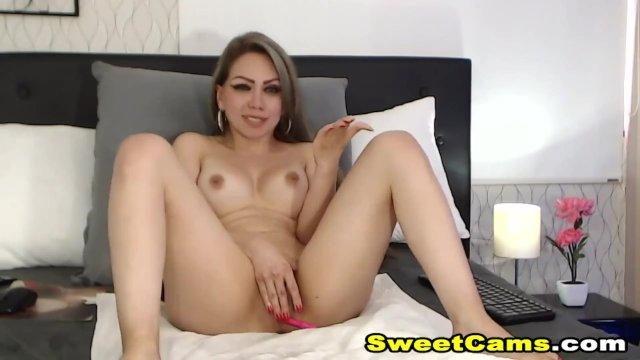 Pretty Babe Rubs Her Cunt Till She Cums