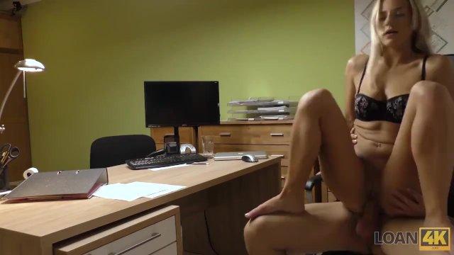 LOAN4K. Sext blonde paga sus deudas usando su perfecto cuerpo
