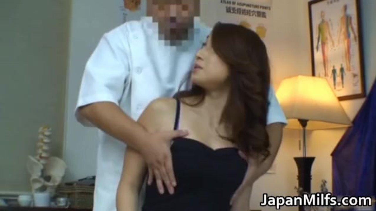美熟女が悪徳変態マッサージ師から後ろから体を触られ…おっぱいを揉まれ…