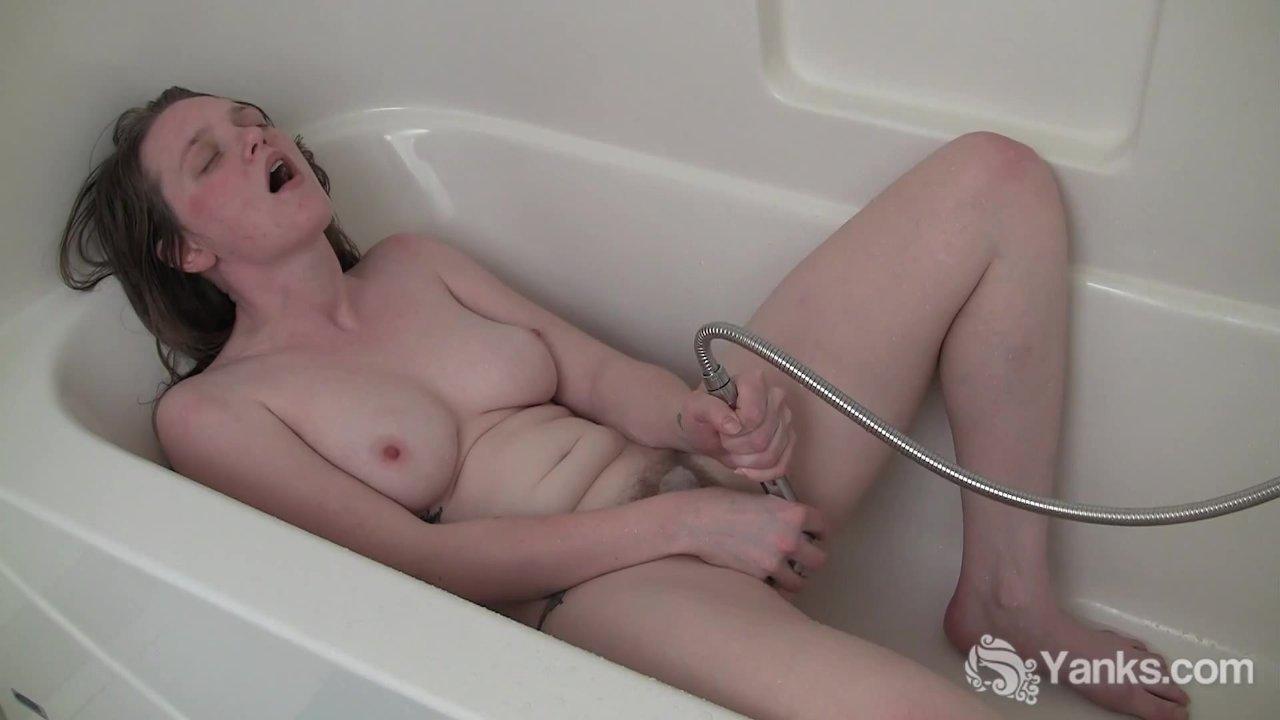 мастурбирует струей воды частное видео баб как