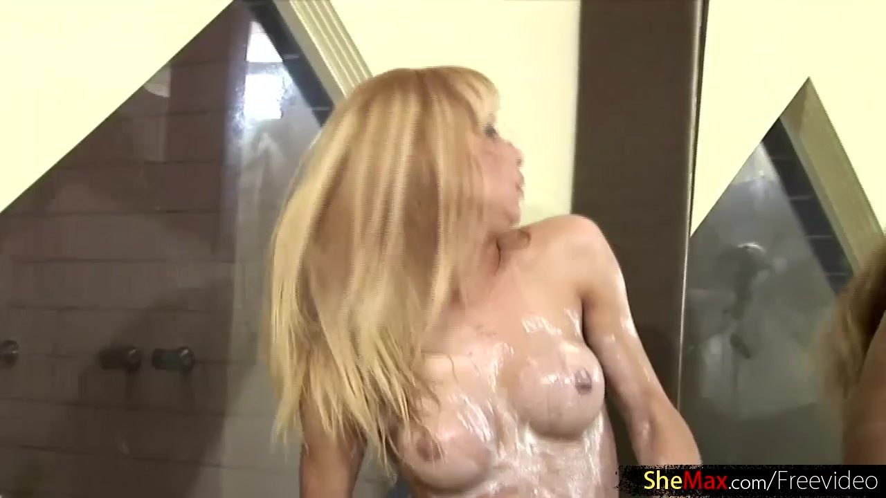 Naughty tranny with fetish for gloves jerks
