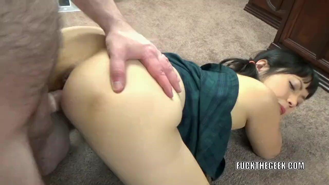 Yuka Ozaki lifts her short skirt to get laid
