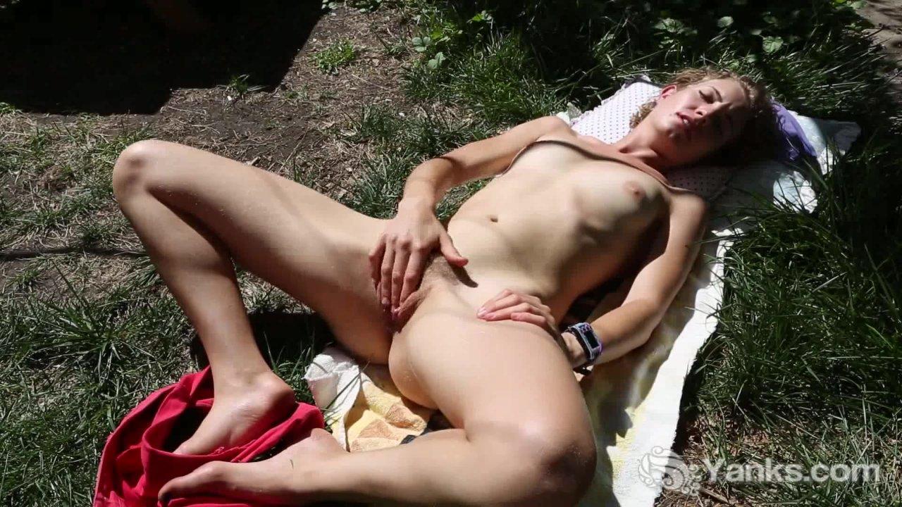 Images of people having wild masturbation outside — photo 15
