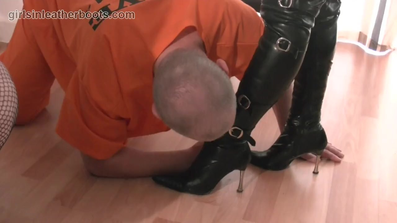 госпожа разрешила рабу вылизать подошву сапог