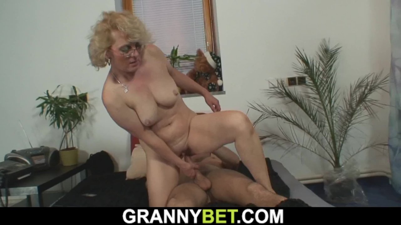 Lonely 60 Years Old Woman Pleases A Stranger  Redtube -4535