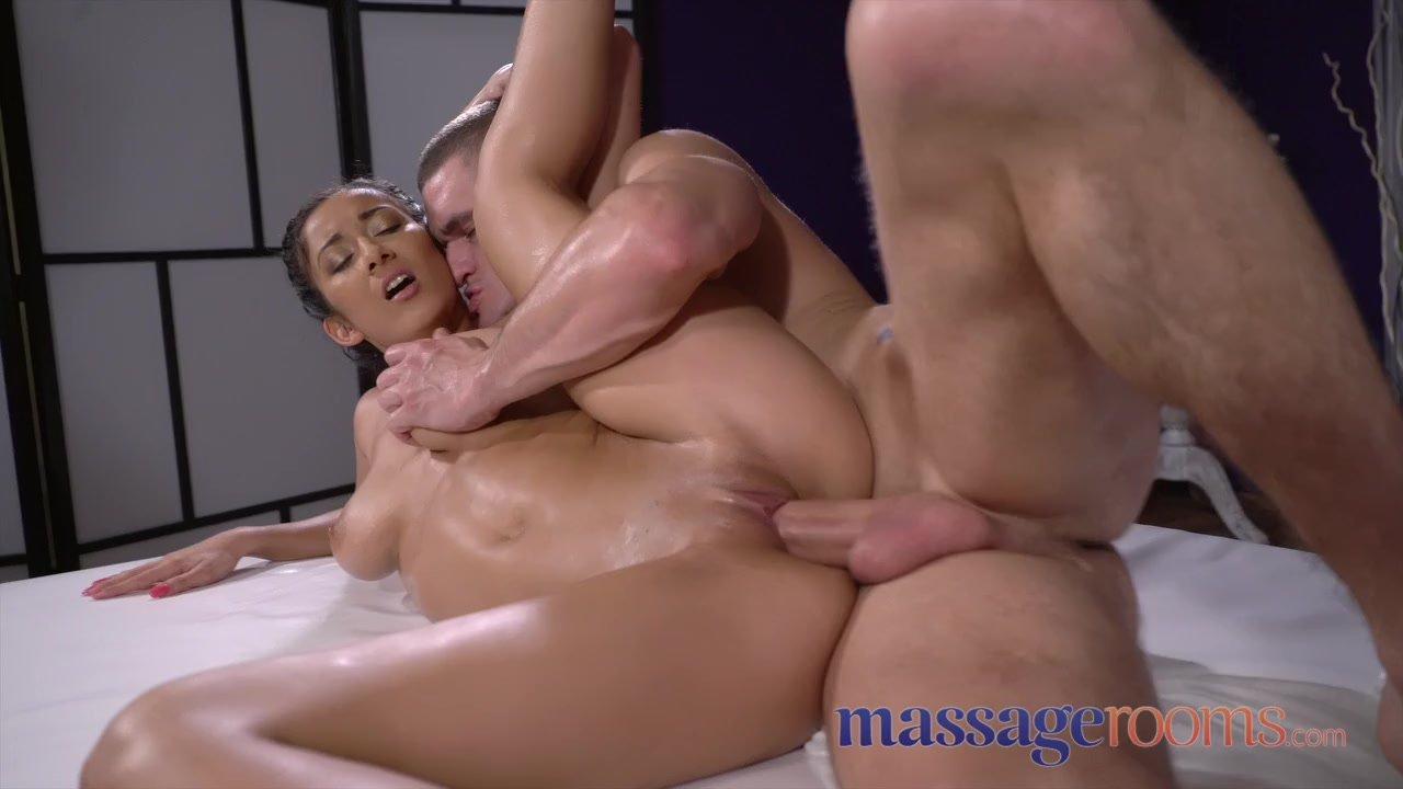 Amia Miley Coche Viddeo Porno delgada de piel oscura con tetazas en la sala de masajes follada por el  masajista