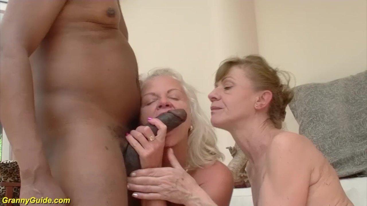 Старые тетки лупят в групповухе с молодым гидом