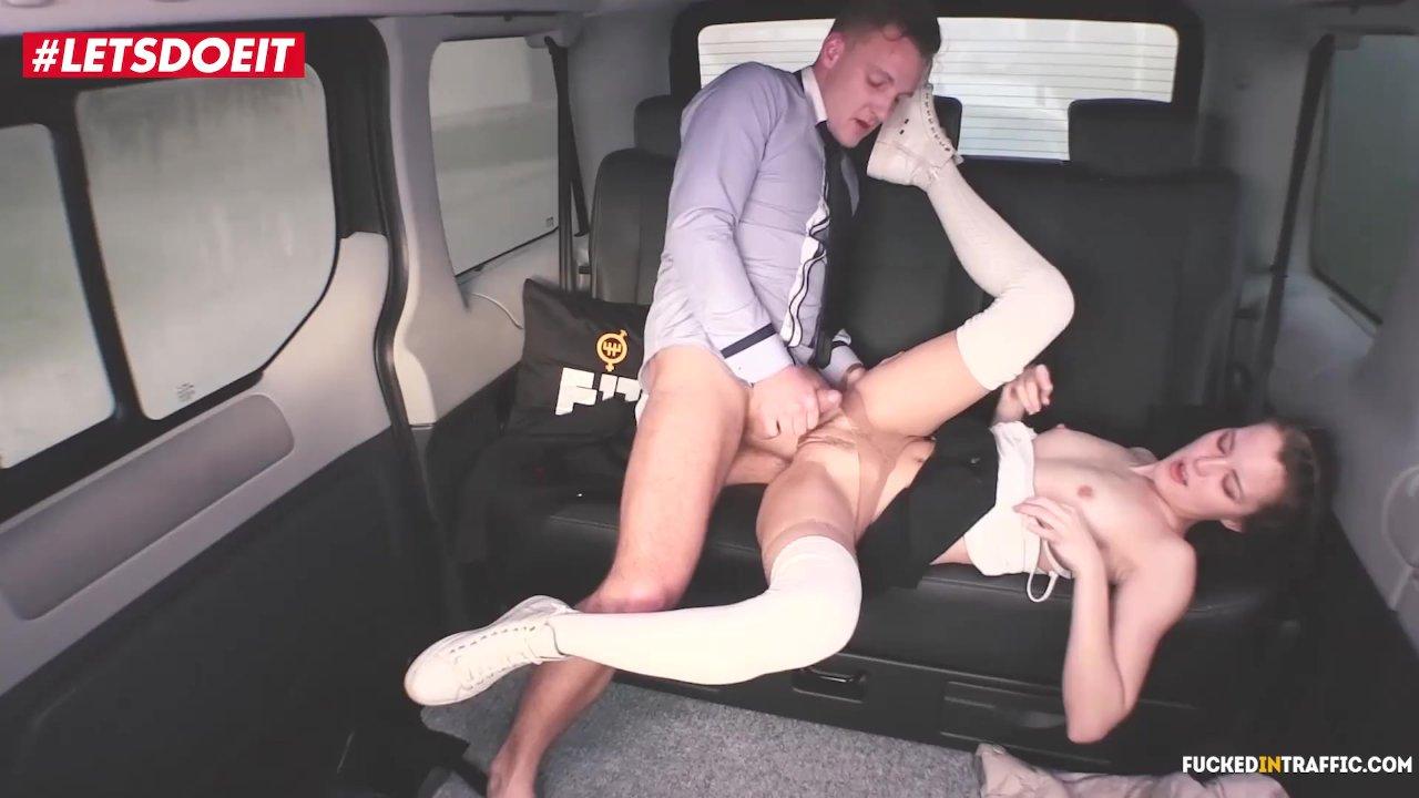 taksist-trahnul-parnya-sperma-vitekaet-iz-anusa-podborka-onlayn