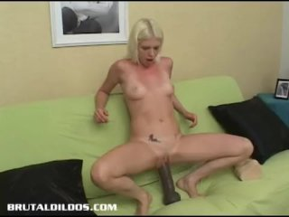 Jayda fills her pussy with a big dildo