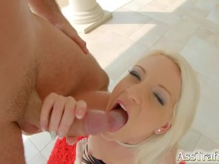 Den søde blondine nyder analsex