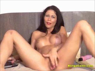 A szexi barnahajú szuka orgazmusa