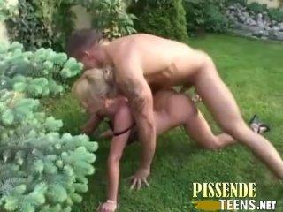Anpissen im Garten