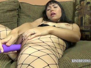 Yuka Ozaki uses a dildo to make herself cum