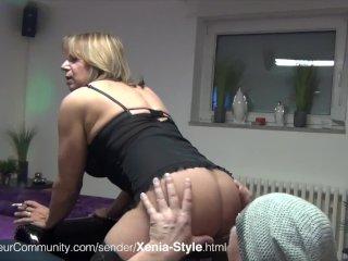 MILF Xenia pisst in ihre Tashe