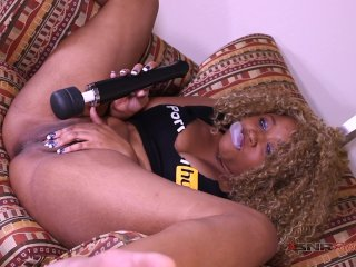 Chewing on gum, blowing bubbles and playing with my pussy / Nina Rivera