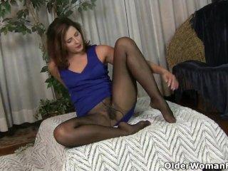 American milf Dee Williams shares her wonderful pussy