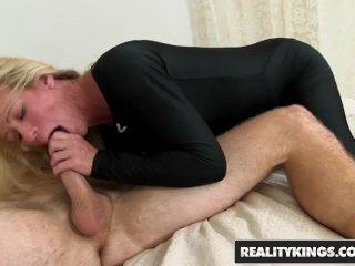 Den blonde kone og hennes unge kjæreste